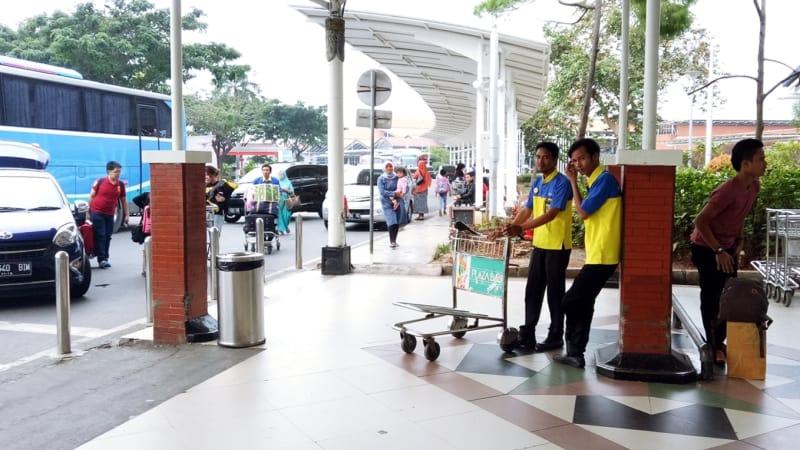 Sekarang Porter Bandara Soekarno-Hatta Gratis!